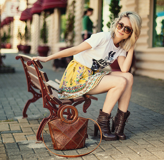 Julia Alcântara - Just Do Et T Shirt, Ankle Boots, Friperie Brown Bag, Yellow Skirt, Glasses - JUST DO ET l TUDOORNA . COM